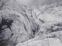 Sifoni e rocce lisciate dalle valanghe e dalla neve e sifoni ci accompagnano per oltre due tiri di corda
