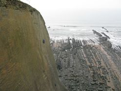 Dave Macleod durante la prima ripetizione di The Walk of Life, Dyer's Lookout, North Devon, Inghilterra.