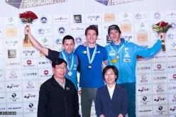 Stefano Ghisolfi sul gradino più alto del podio della Coppa del Mondo Lead 2014 a Wujiang in Cina. Ramón Julien Puigblanque secondo, Romain Desgranges terzo.