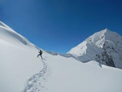 Davide Ferro scende il Colle Tilman per  la prima esplorazione assoluta del ghiacciaio sospeso che nasce dall?incontro dello Sperone Zemu e la Parete Sud del Kanchenzonga.