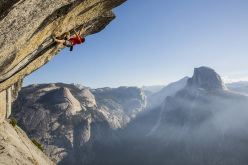 Alex Honnold arrampica slegato la via Heaven, Glacier Point, Yosemite, USA