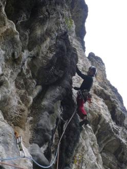 Matteo Burato sulle canne del quarto tiro durante l'apertura di X Alvise, Parete di Enego, Valsugana