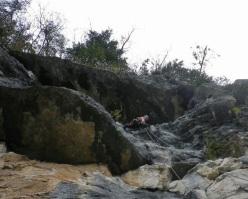 Simone Rasia supera i tetti di L8 di X Alvise, Parete di Enego, Valsugana