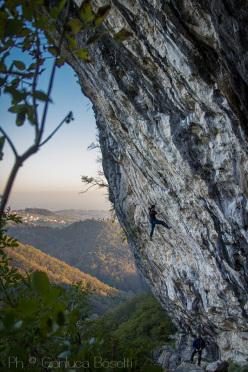 Luca Marzari climbing Una vida nomada 8c at the Italian crag Covolo.