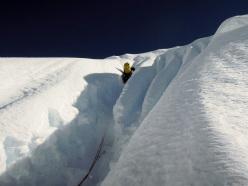 Sam Hennessey sulla parte alta della parete, quasi in cresta