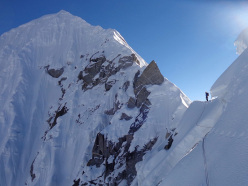La vista lungo la cresta verso la cima