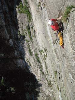 Tobias Wolf e Stephan Isensee su Non è un paese per vecchi 7c+ (7b+ obbl), Linescio, Canton Ticino