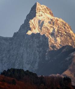 La cresta Nattapiana separa l'ombrosa parete nord del Pizzo d'Uccello dal versante meridionale