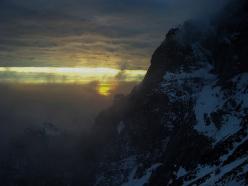 Tramonto sul mare offuscato dalle nuvole sulle propaggini meridionali del Grondilice
