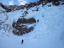 Ai piedi della grande colata di Cima Cenge dove scende la grande candela di Super Stridente (Val Riofreddo, Alpi Giulie).