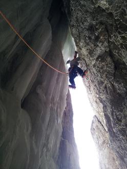 Alex Walpoth durante l'apertura di Amore e ombra (160m, M9, VIII, WI5) Col Turont, Vallunga, Dolomiti.