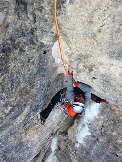 Adam Holzknecht durante l'apertura di Amore e ombra (160m, M9, VIII, WI5) Col Turont, Vallunga, Dolomiti.