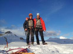 Adam Holzknecht e Alex Walpoth in cima dopo l'apertura di Amore e ombra (160m, M9, VIII, WI5) Col Turont, Vallunga, Dolomiti.