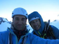 Jon Bracey e Matt Helliker in cima dopo l'apertura di Mastabas (M7, 250m), Pyramide du Tacul, Monte Bianco