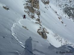 Beppe Ballico nella cengia d'avvicinamento verso La Piera, Vallunga, Dolomiti
