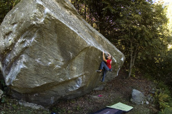 Christian Core sale il boulder Toky 8B+ in Val Ellero