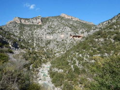 Gerovraxo is the last crag at the top, above the cave of La maison des chevres