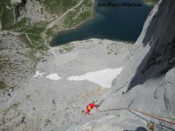 In arrampicata sopra il Lago Volaia, Passo Volaia, Alpi Carniche