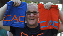John Ellison con i suoi T-shirt Climbers against Cancer