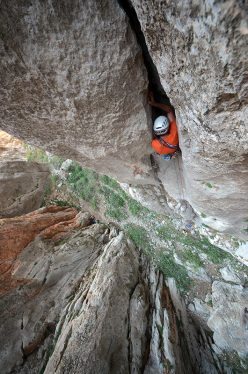 Maurizio Oviglia on pitch 2 of Phantom Ship, P?narba?? Canyon (Ala Daglar, Turkey).