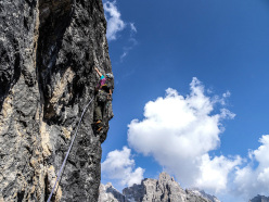 Lisi Steurer su Weg der Neugier (IX-, 500m) aperta insieme a Hannes Pfeifhofe e Markus Tschurtschenthaler ne''lestate sulla Cima Una, Valle Fiscalina, Dolomiti