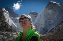 Arianna Colliard davanti ai Bhagirathi IV e III, campo avanzato (5.000 m)