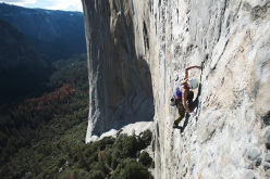 Barbara Zangerl climbing the fourth pitch, called The Missing Link and graded 5.13a, of the route El Nino on El Capitan in Yosemite (5.13c, 800m, Alexander Huber, Thomas Huber, 1998)