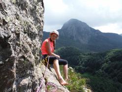 Spigolo Irena Sendler, Appennino Ligure: Anna Perka alla sosta 3, con il Monte Penna sullo sfondo