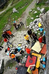 I boulderisti del Melloblocco hanno dai due ai sessant'anni. Hanno mille e più età. Vengono da tante nazioni diverse. Ci sono quelli che la Valle l'hanno eletta a casa, e quelli che la Valle la vedono per la prima volta.