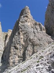 Nel luglio 2009 Manuel Stuflesser e Norbert Weiss hanno aperto Batajan (7+, 325m) sulla II Torre del Sella Dolomiti.