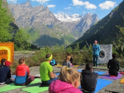 Melloblocco 2016 day 3: Mello Yoga on the summit of Sasso Remenno with Sara Grippo and Alberto Milani