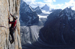 Larcher on pitch 17 of The Children of Hushe. In the background the beautiful Drifika Peak.