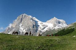 Gran Sasso d'Italia Il Paretone con la NordOvest dell'Anticima Orientale e il Corno Piccolo visti da Cima Alta