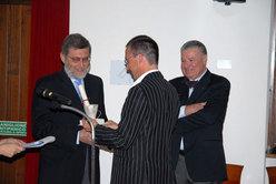 Aldo Audisio premiato dal consigliere regionale Sandro Della Mea, e l'editore Gherardo Priuli