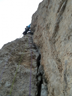Bastava un Piumino, Brenta Dolomites: Andrea Simonini climbing the beautiful third pitch