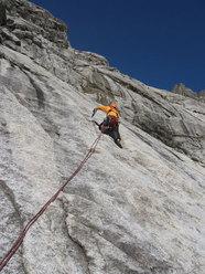 Elio Bonfanti sul 5° tiro di La Memoire du Glacier, Zoccolo dell'Eveque, Monte Bianco
