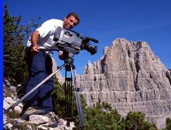 Il regista Giorgio Gregorio durante le riprese in Val Montanaia