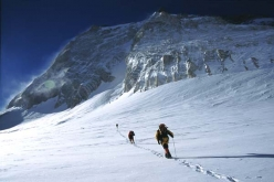 Towards C4 on Gasherbrum I. We climb together with the Spanish expedition to C4 on GI.
