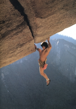 Wolfgang Güllich on the historic first solo ascent of Separate Reality in Yosemite in 1986. The photo was taken by Heinz Zak.
