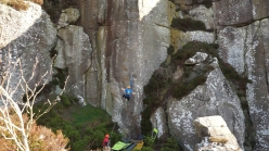 Franco Cookson cade a terra dalla via 'Nothing Lasts' H10 7a a Sandy Crag, UK