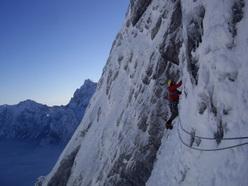 Andrej Grmovšek e Marko Lukić salendo Ledenka (550m, M8) sulla montagna Štajerska Rinka.