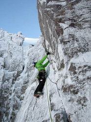 Ines Papert durante la prima salita di Little Nipper, Beinn Eighe Far East Wall, Scozia