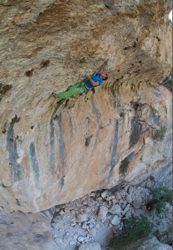 Luca Giupponi dealing with the first pitch of Unchinos, 8b, Sardinia