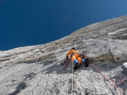 Cerro Kishtwar: Finally sun and warmth! Stephan Siegrist leading the second pitch, A3.