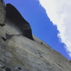 Keita Kurakami sotto il Great Roof durante la sua salita in libera The Nose, El Capitan, Yosemite