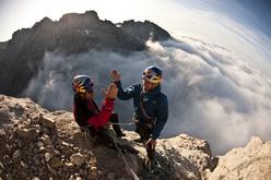 Iker & Eneko Pou in cima al Naranjo de Bulnes, Picos de Europa, Spagna