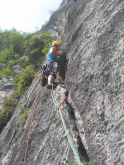Via Fabio Comini, parete di Padaro, Arco: Alex Bertolini repeating the route and cleaning pitch 3