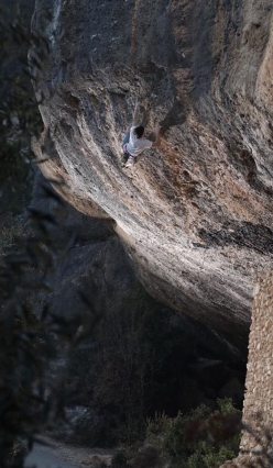 Stefano Carnati climbing Llamps i trons at Margalef, Spain