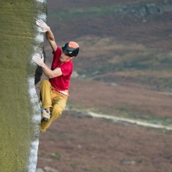 Jorg Verhoeven in arrampicata nel Peak District in Inghilterra