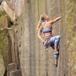 Katharina Saurwein in arrampicata nel Peak District in Inghilterra